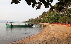 La plage ou se trouvent tous les bungalows, face aux couchers de soleil, magnifiques, eau calme et peu profonde…