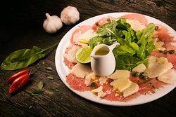 Carpaccio bovino Organico com rucula e queijo grana padano