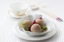 芝麻芋茸紫薯球 Deep-fried sesame and purple sweet potato ball stuffed with taro