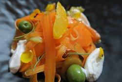 Amanida de partanagues, api, taronja, olives verdes i recuit de Ca la Nuri