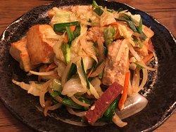 観光地にしては、良心的な価格のお寿司屋さん。 こじんまりとした清潔感のある店内。 マグロのお寿司、マグロのカマの煮付け、豆腐チャンプルー、島らっきょの天ぷらなどどれも美味しかったです。 石垣島に3泊したうち2晩も夕飯を食べに行きました! また石垣島に行く時は、必ず行きます。