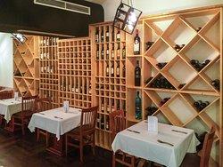 Beeindruckendes Weinregal im Obergeschoss des Restaurants - insgesamt war das Ambiente freundlich-gemütlich