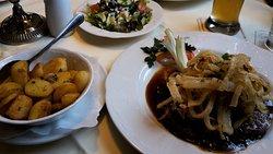 Bergischer Zwiebelrostbraten mit Röstzwiebeln, Bratenjus, Bratkartoffeln und Salat