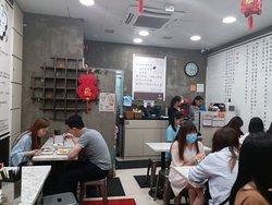 聞說最近旺角有一家引人入吃的店子 名字有味道:「一條腸粉」 香港人自然會心微笑 不少人來此排隊,就是為了吃即點即製的腸粉