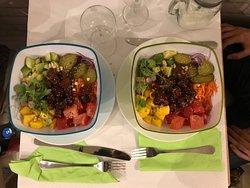 Hawaiian poké bowl : Riz blanc vinaigré, thon rouge, miel bio, graines de sésame, citron vert, oignons rouges, avocat, radis, pastèque, carotte, mangue, pousses de pois, cornichons et noix de cajou