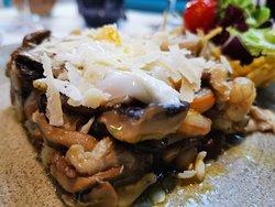 Revuelto de setas con lascas de parmesano y huevos de codorniz