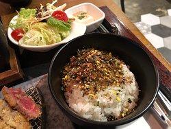 吉列炸牛扒餐($188) 飯灑上好多芝麻紫菜味粉,😍 增添不少口感和風味, 和牛肉也相當配搭!