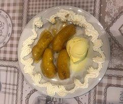 Platano frito con miel,helado y nata. Fried banana with honey, ice cream and cream.Gebratene Kochbanane mit Honig, Eis und Sahne. Plantain frit au miel, crème glacée et crème.Piantaggine fritta con miele, gelato e panna.