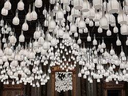 Lampade di carta illuminano una sala del palazzo al Fuori salone 2019