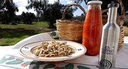 Il nostro cibo a km 0: pasta fatta in casa, pomodorini dell'orto sinergico ed olio extravergine di oliva del Giardino