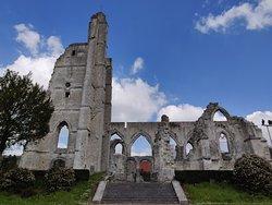 Zijaanzicht van de ruïnes, hier zijn ook informatieborden te vinden
