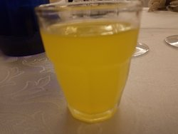 Il limoncello (è un bicchierino non un bicchiere per acqua)