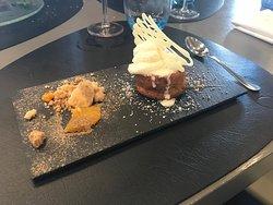 Tradicional pastelito de zanahoria con naranja, crema de queso, coco y toque Thai. ¡Muy buena presentación y excelente plato!