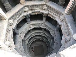 ダーダハリ階段井戸