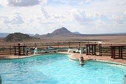 Piscine de l'hotel avec vue sur la plaine de Tsavo Est