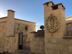 卡帕多西亞艾克塞德拉飯店 (Exedra Hotel Cappadocia)-內夫謝希爾 地址: Eski Mahallesi, Hac Telgraf Cd. 3/1, 50650 Ortahisar Belediyesi/Ürgüp/Nevşehir, 土耳其 電話: +90 384 343 24 25 位於于爾居普市中心的卡帕多西亞豪斯飯店是您旅遊探索於爾居普和其周邊地區的最佳選擇。 離市中心僅有17 km,旅客可以盡情享受市區內的迷人風景。 住宿位置優越讓旅客前往市區內的熱門景點變得方便快捷。
