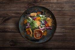 Ensalada Boxer: Con pollo frito, salsa de yogurt, queso de cabra a la plancha y tomatitos.