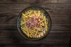 Patatas Bastón: Mozzarella, cheddar, bacon y salsa boxer. Todo un clásico de nuestra carta.