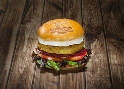 Vegan Burger: Elaborada con garbanzos y champiñones, y acompañada de tomate, lechuga, remolacha y salsa de tomate casero. Añade queso de cabra a la plancha por 1€ más.