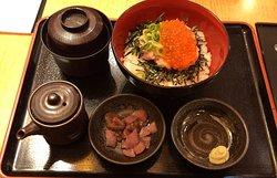 いくらねぎとろ丼ランチ と 豚ロースすき焼き定食、サラダ&惣菜バー食べ放題定食 (2019/04/19)