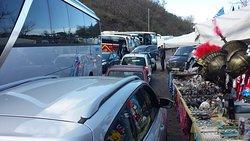 le parking du Vésuve: peu de vraies places de parking, double-file de voitures garées, marchands de souvenirs en plein milieu, et voitures en double sens qui peinent à passer!