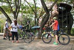 City tour de Neiva en bicicleta, escultura del mohan malecon del rio Magdalena.
