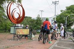 City tour de Neiva en bicicleta, escultura llamarada.