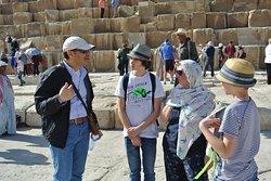 Bij de piramides van Gizeh. Sar kan het zo goed uitleggen...