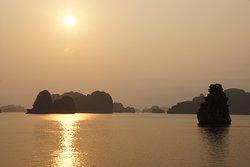 Coucher de soleil avant la nuit sur le bateau.