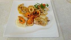 Especial en el restaurante casa de Yeni , un plato misto con exquisita mescla de sabores.