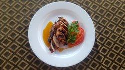 carne de pollo a la parilla , combinada con una de las salsas que prepara el Chef  En el restaurante Casa de Yeni