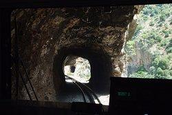 Маршрут проходит и через тоннели.