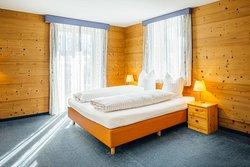 Familienzimmer mit 2 Räumen, Doppelbett, Kajütenbett, gemeinsames Badezimmer Dusche/WC, Balkon
