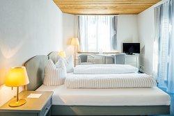 Doppelzimmer Superior mit kleiner Terrasse, Blick auf Flims Dorf, Flimser Stein, Dusche/WC, Haartrockner, TV, Radio, Aussenparkplatz, WIFI free
