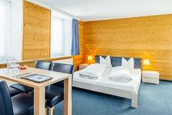 Doppelzimmer Superior plus für 2 Personen mit Doppelbett, Dusche/WC, Balkon, kann auch als Familienzimmer genutzt werden mit 2 Zusatzbetten (1 Zimmer)
