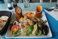 Assiette créole : boudins, accras, féroce d'avocat et chiquetaille de morue