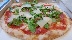"""Pizza """"La diligenza"""" pomodoro, mozzarella, crudo, rucola e grana"""