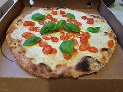 """Pizza """"Bufalo bill"""" con bufala e pomodorini"""