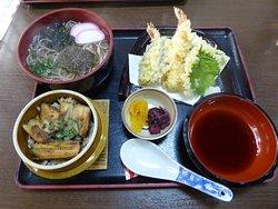 Unser Mittagessen, bestehend aus Suppe, Aal und Tempura.