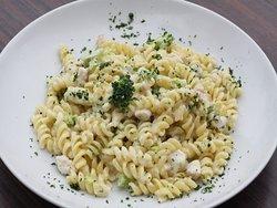Fusilli Bianco Verde Sauteed chicken, broccoli, cream, parmesan cheese.