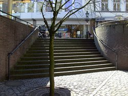 Treppe, von der Einkauf-Straße zur Kirche runter.......