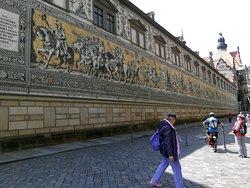 Общий вид на фреску. Длина 102 м не позволяет сфотографировать ее как следует, Но видна ее протяженность:)