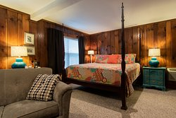 B3 - The Annie Angel Edwards Room Second floor room with a king bed, sitting area with loveseat and chair, and a large bath with Jacuzzi tub. Overlooks the fire pit and beautiful koi pond. Pet friendly.