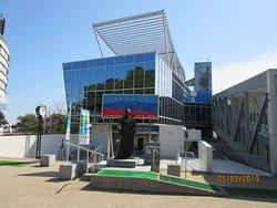 浦戸城跡の前には賑わう【坂本龍馬記念館】が建つ。