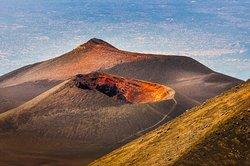 El volcán del Etna, una mole de 3.321 m de altura al lado del mar, con más de 600.000 años de actividad a sus espaldas, escupiendo fuego, variando el paisaje incesantemente. Nuestro objetivo será, si se deja, llegar a la zona de los cráteres somitales, situados a 3.200 m de altitud.  Más información en: https://www.trekkingnaturexperience.com/trekkings/etna-stromboli