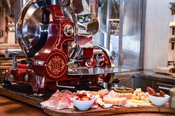 What makes our prosciutto so incredibly deliciou? We slice it with our exceptional berklca, an extraordinary meat slicer, whose patent dates back to 1898. The Berkel meat slicer cuts you a slice of prosciutto in one single move! This prevents the meat from warming up, so it melts in your mouth instead!