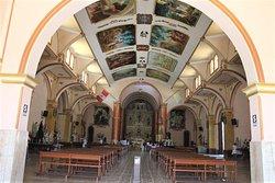 Vista interior de la Iglesia en el techo se logran ver lindas pinturas