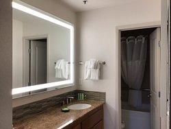 salle de bain et toilette douche au fond