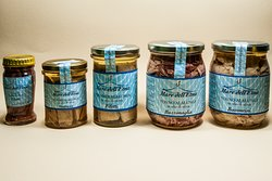 Prodotti di tonnara locale  pescato  solo nel mediterraneo e conservato in olio d'oliva siciliano