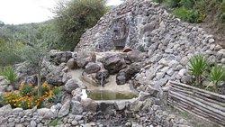 La cascata con zampilli e pesciolini